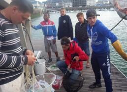 De jeunes pêcheurs de Fécamp initient les matelots à la pêche