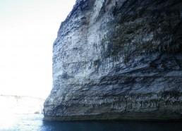 Les falaises rudes et escarpées