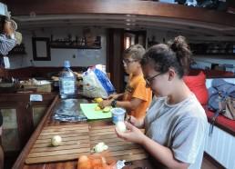 Elias et Alwena préparent à manger