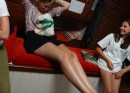 Heureusement Sarah console Bernick sur ses genoux