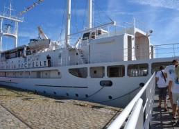 Les matelots embarquent sur le France I, ancienne station météorologique