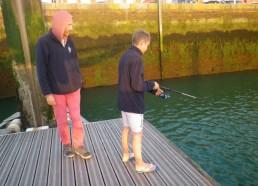 Fred, le chef d'expé, surveille attentivement la pêche de Louis