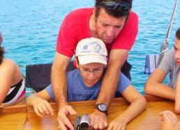 Sylvain explique le fonctionnement de la caméra à Hugo