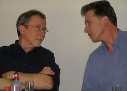 Jean Yves, médecin des Matelots de la vie en plein discussion avec un confrère