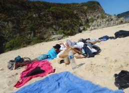 Petit moment de détente sur la plage après le pique-nique