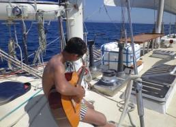 Loïc cherche les accords de la chanson des matelots