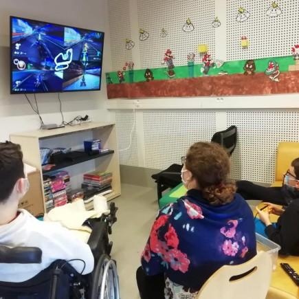 Les enfants de l'ESEAN profitent de la console Nintendo Switch acquise avec le prix du Challenge des Matelots 2020