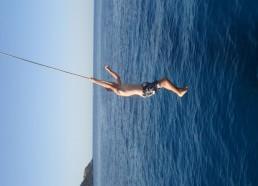 Maxime fait des acrobaties pendant une baignade…