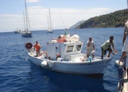 Des pêcheurs de Lipari viennent nous proposer du poisson tout frais