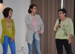 Marie Cécile explique le déroulement du jeu dans le service de pédiatrie de Nantes
