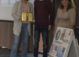 Mustafa, Matelot 2014 et Delphine MEYER PEPIN, référente de l'hôpital St Maurice, reçoivent le cadeau pour leur arrivée en 2ème position