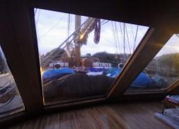 Au petit matin, il y a un tas de matelots sur le pont