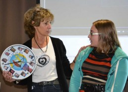 Elise, Matelot 2011 venu offrir une horloge aux couleurs des Matelots