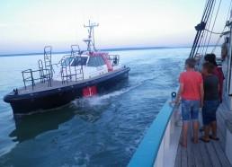 Le pilote repart sur son bateau