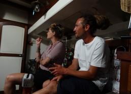 Greg et Sarah concentrés sur les paroles de la chanson