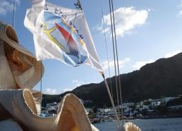 L'île de Panarea vue de la grand voile ferlée et du pavillon des matelots de la vie