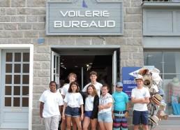 Photo de groupe devant la voilerie