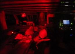 La lumière rouge est de rigueur à bord pour les quarts de nuit