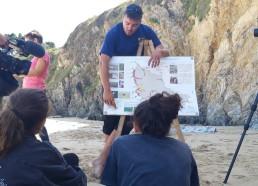 Explication par Samuel, le garde du littoral, des différentes activités sur le recyclage