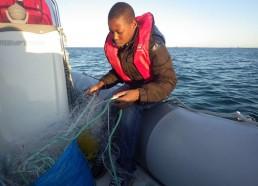 Abderaman démêle le filet de pêche