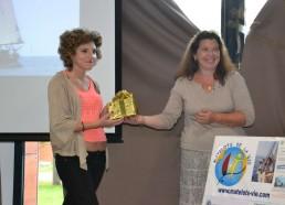 Sophie, Matelote 2014 récupère le cadeau pour l'institut Curie, arrivé en 3ème position : un appareil photo