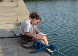 Alwena démêle le fil de pêche !