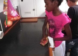 Stella nettoie la cuisine