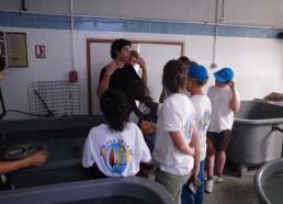 Jean-Baptiste fait découvrir le centre de soin aux matelots