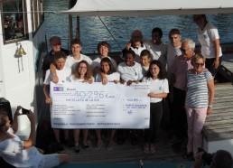 Les Matelots avec le chèque du don du Rotary-Club