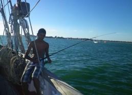 Au mouillage près de l'île d'Aix, les matelots en profitent pour pêcher