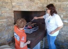 Judicaël et Ludivine s'occupent du barbecue