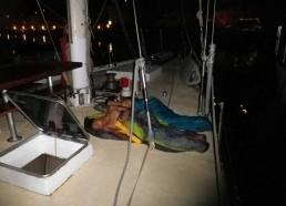Ayant trop chaud dans leurs bannettes, Loïc et Alexandre dorment sur le pont !