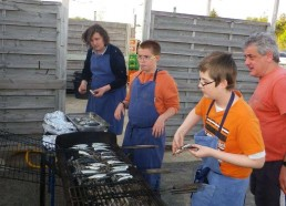 Soirée barbecue, à la cuisson.jpg Adam, Maël et Florent avec Rino