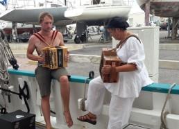 Claire nous fait l'honneur de sa visite, avec son cher accordéon
