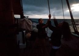 Même en fin de journée, les matelots restent à leurs postes