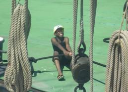 Idrissa tire le bateau à la force de ses GROS bras