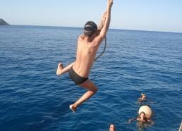 Gino fait des acrobaties pendant une baignade…