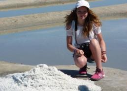 Emma s'apprête à goûter le sel