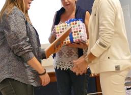 Aziliz remet le second prix à Annie et Cécilede l'hôpital de Saint-Malo
