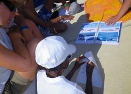 Les matelots remplissent la fiche d'observation des cétacés fournie par le CDMM (Centre de Découverte du Monde Marin de Nice)