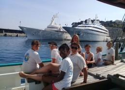Un bateau en bois parmi les Yachts