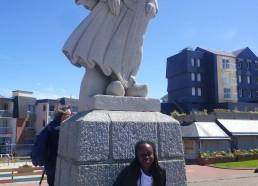 Djénaba devant la statue nommée «l'Attente»
