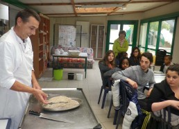 Pascal le cuisinier du Razay, explique aux Matelots la cuisson en croûte de sel. Un grand merci à toute l