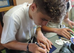 Corentin dessine la forme de son porte-clefs