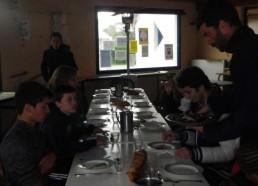 Soirée Sardinade, tous les Matelots mangent ou goûtent les sardines