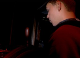 Alexis le regard fixé sur la boussole