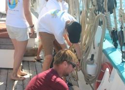 Thomas le second du bord accompagne les matelots pour tendre les moustaches