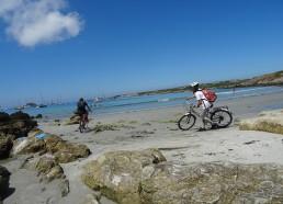 Même sur la plage, Gatien et Solène pédalent