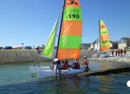 Embarquement des garçons sur le catamaran