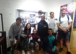 Petite photo de groupe dans le musée